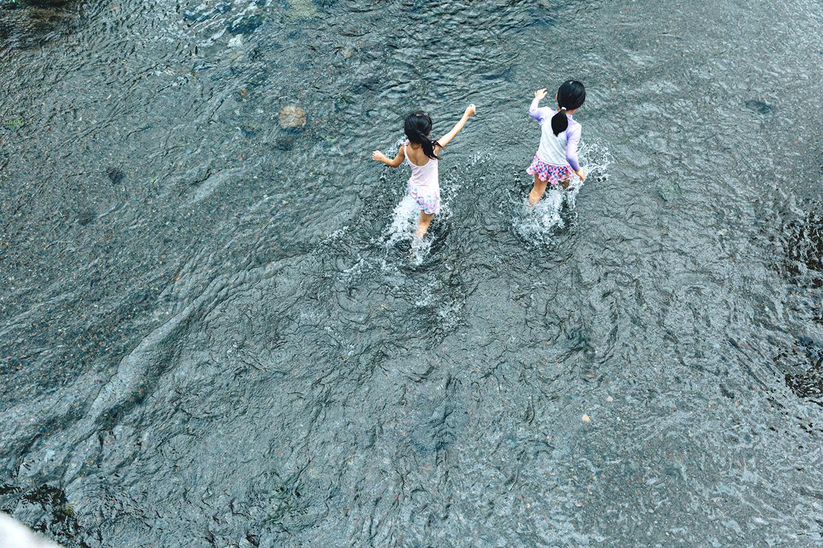 水辺で遊ぶ二人の少女
