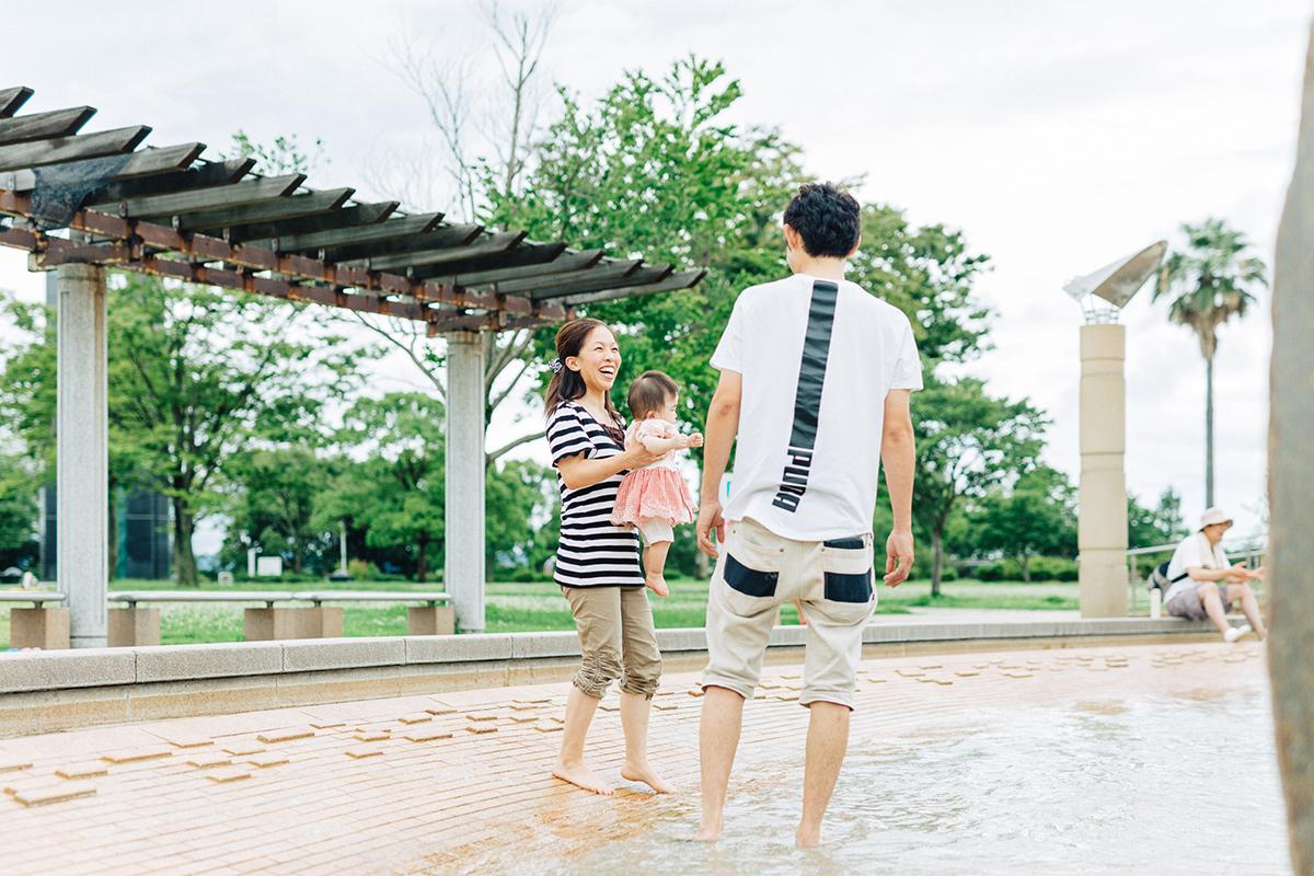 アクアドームくまもとの水場で遊ぶ親子3人