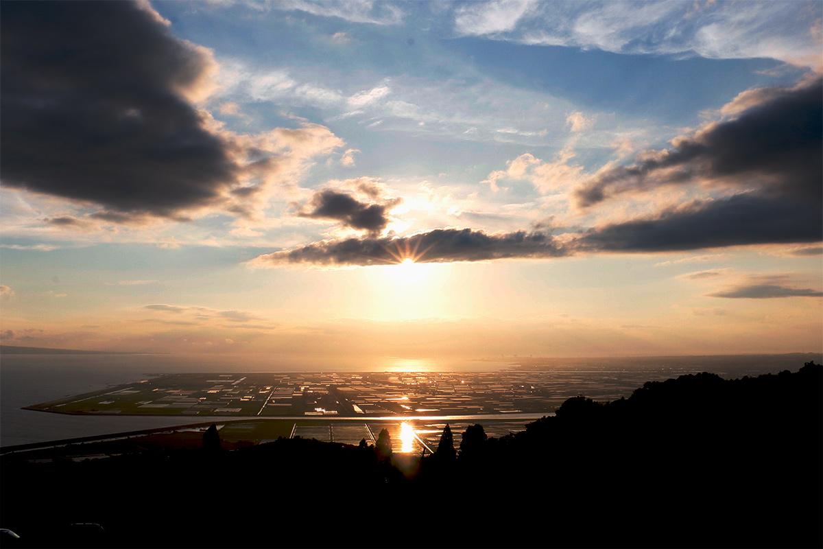 ナルシストの丘から有明海に沈む夕陽をのぞむ