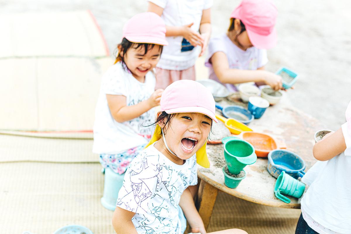 保育園で遊ぶ園児たち