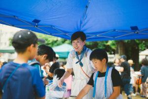地域の祭でアイスを販売する女性と子供