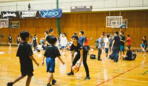子どもたちとバスケットをする小笠原さん