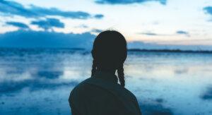 有明海にたたずむ女性のシルエット
