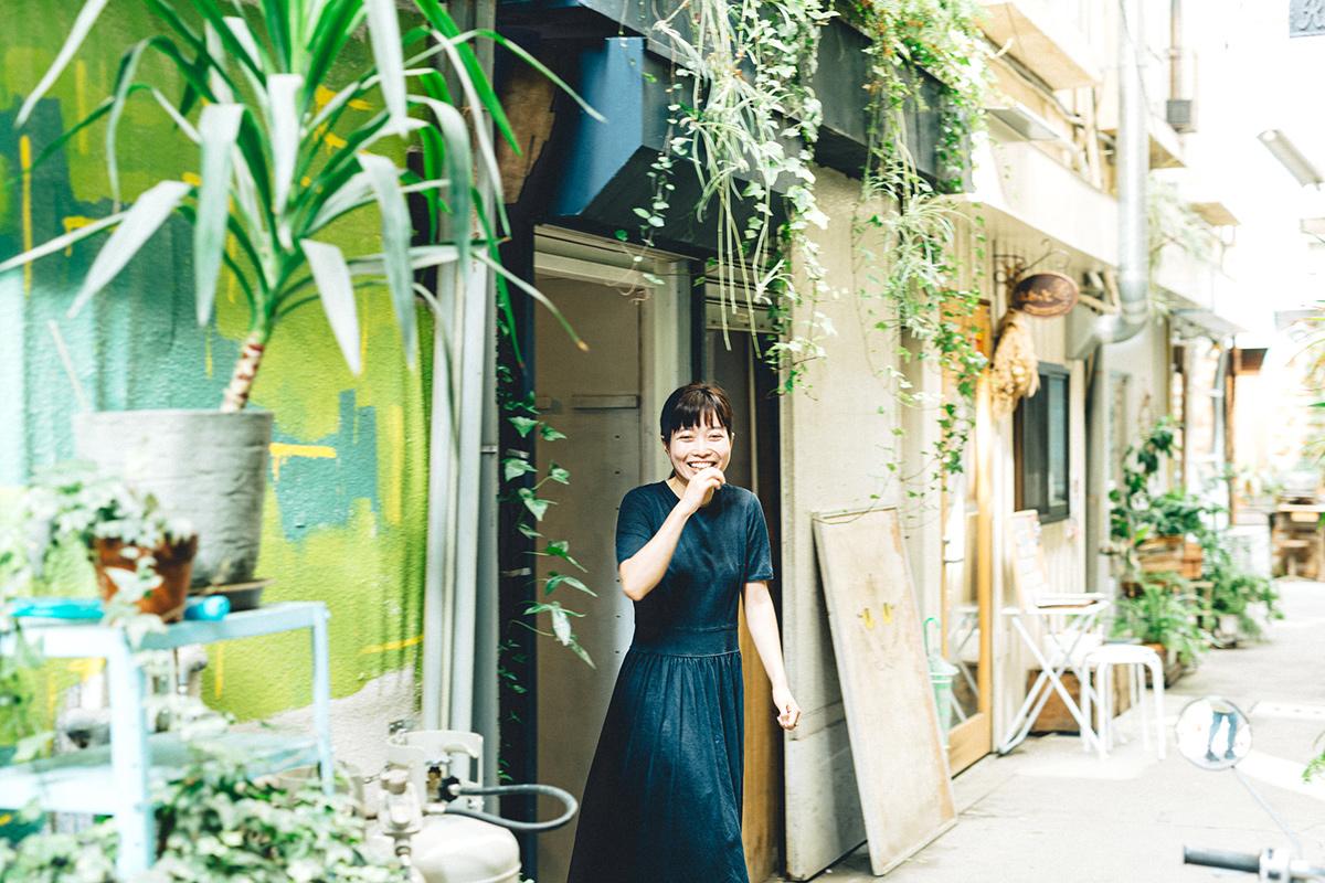 河原町繊維問屋街の店の前に立つ女性オーナー