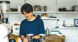 コーヒーを淹れるカフェ店員