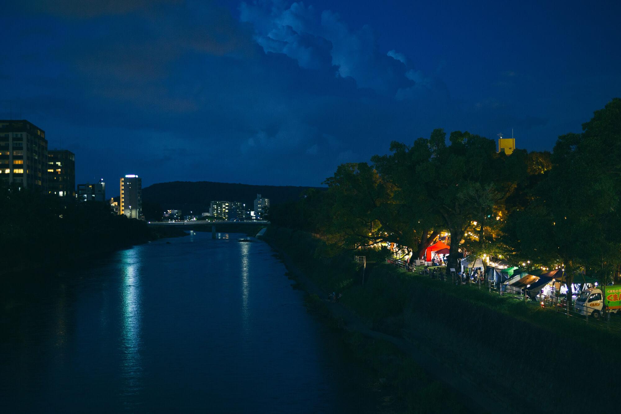白川と河川敷の夜市