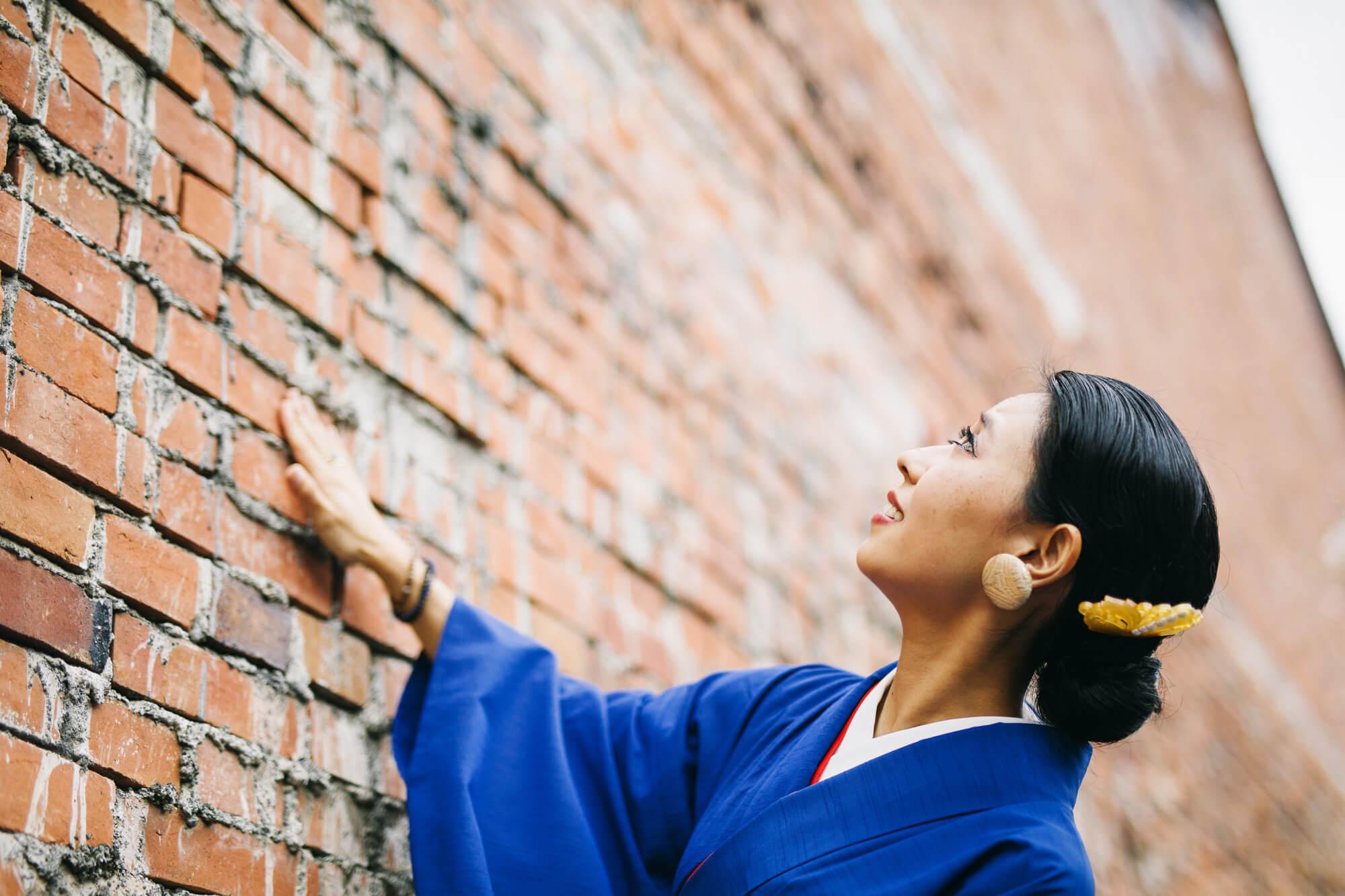古い建物を愛おしそうに見つめる女性