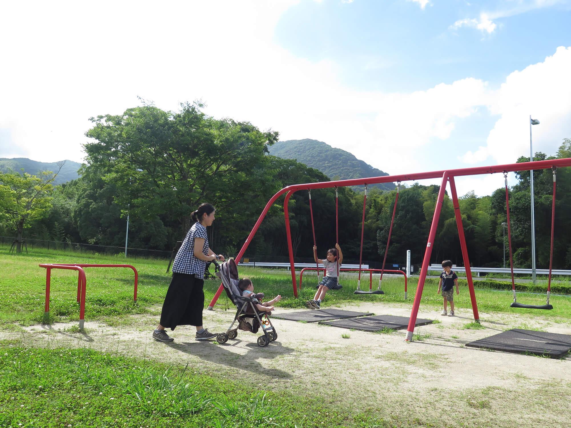 公園で散歩をする家族