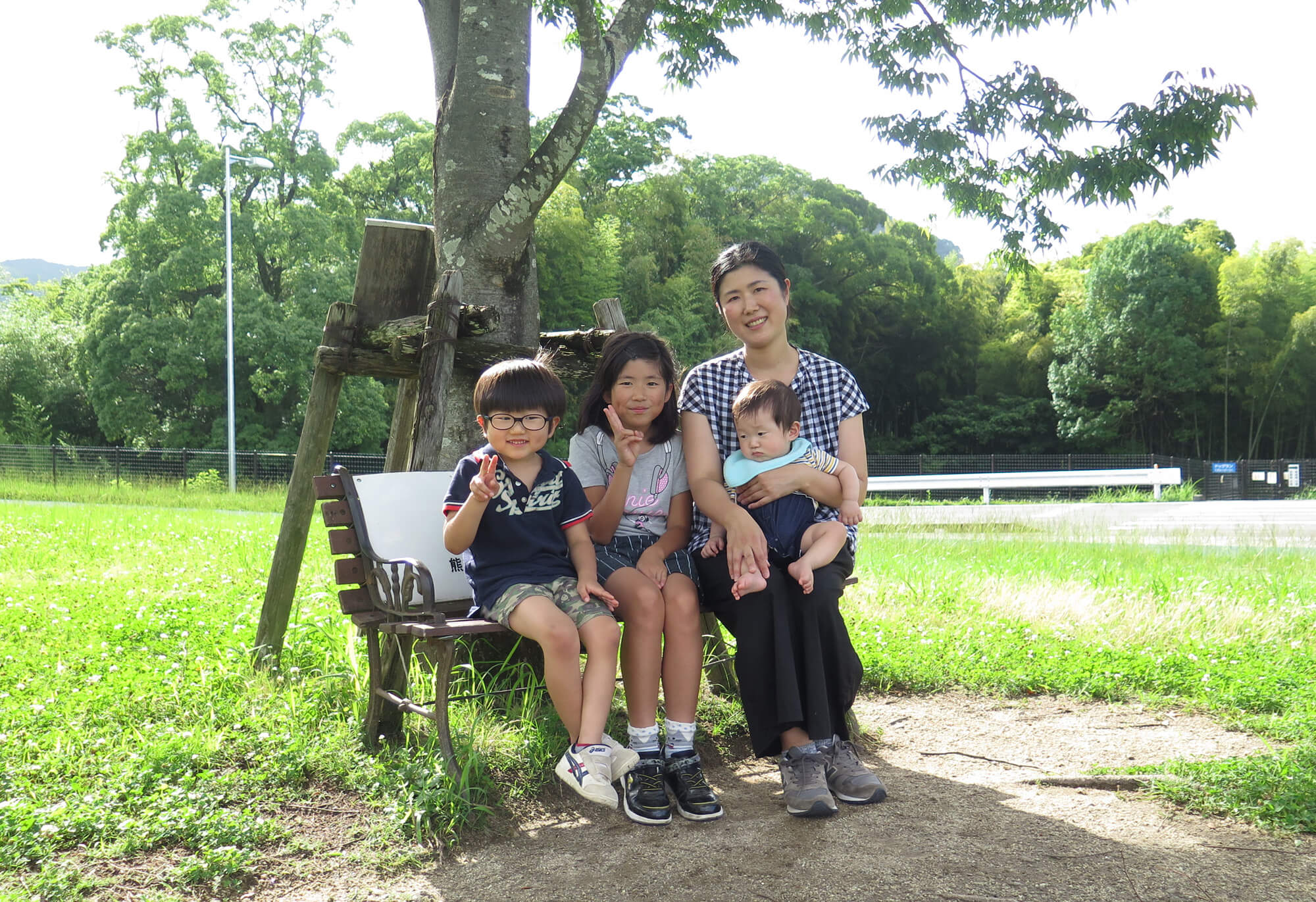 公園で過ごす家族