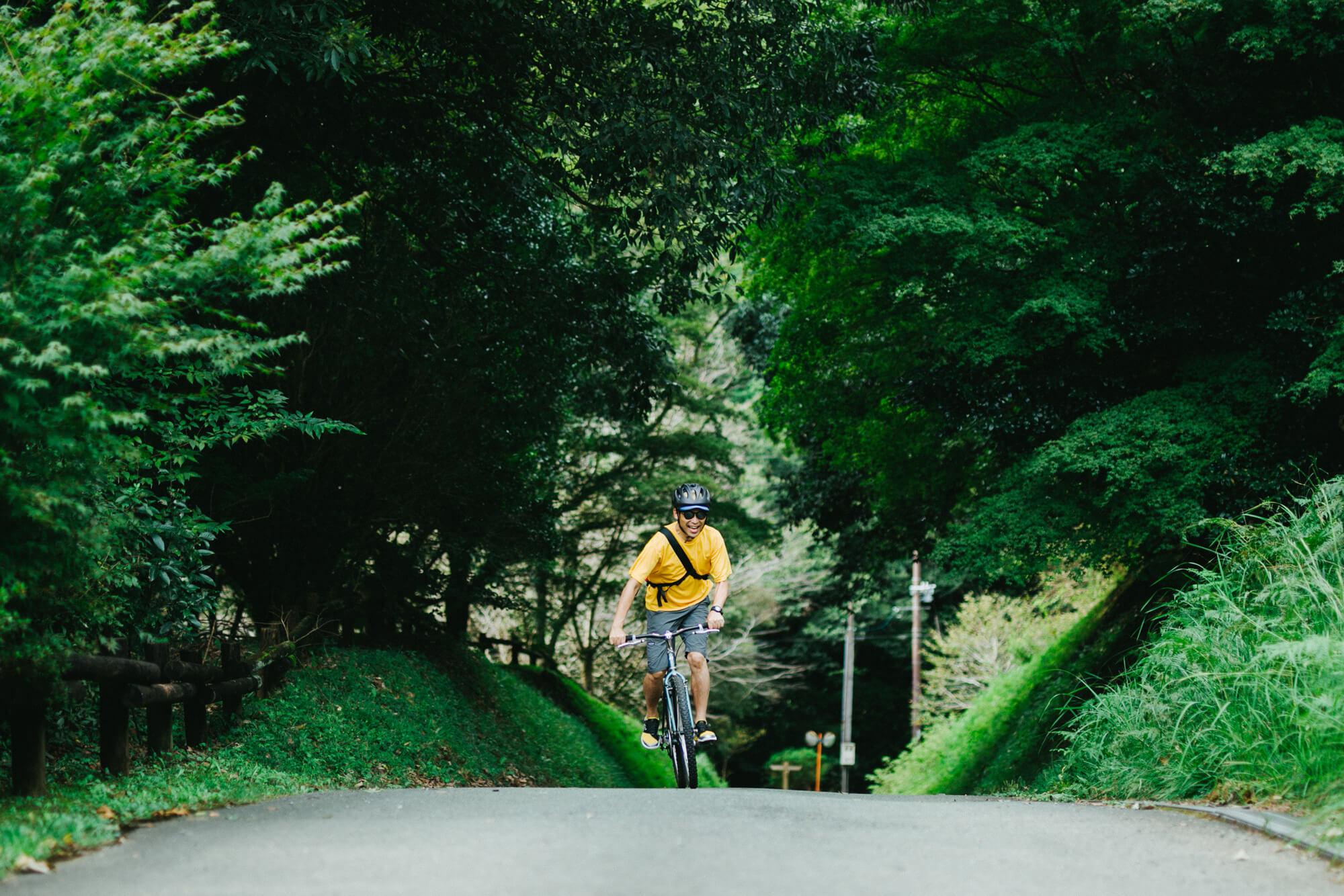 自転車で駆ける男性