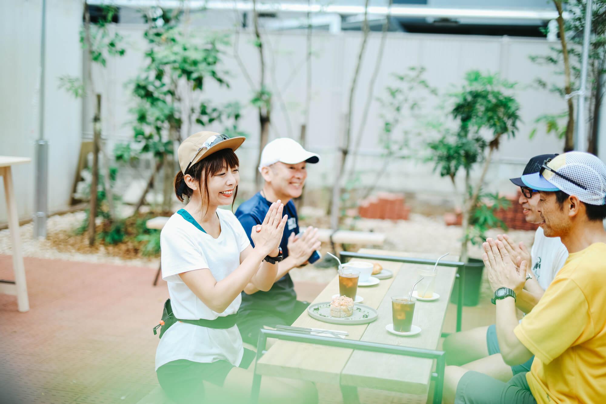 カフェで朝食を摂る人たち