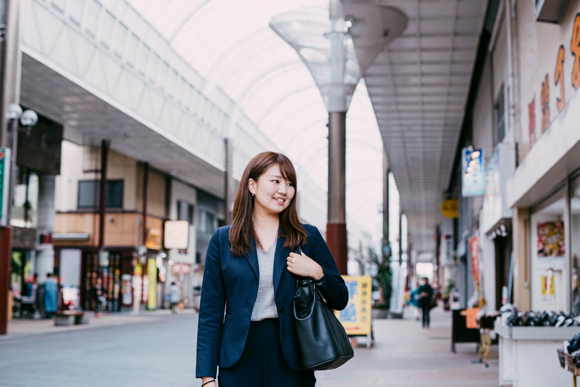 街をゆっくり歩く女性