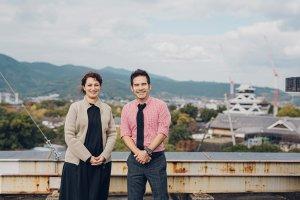 熊本城を背景に写る男女