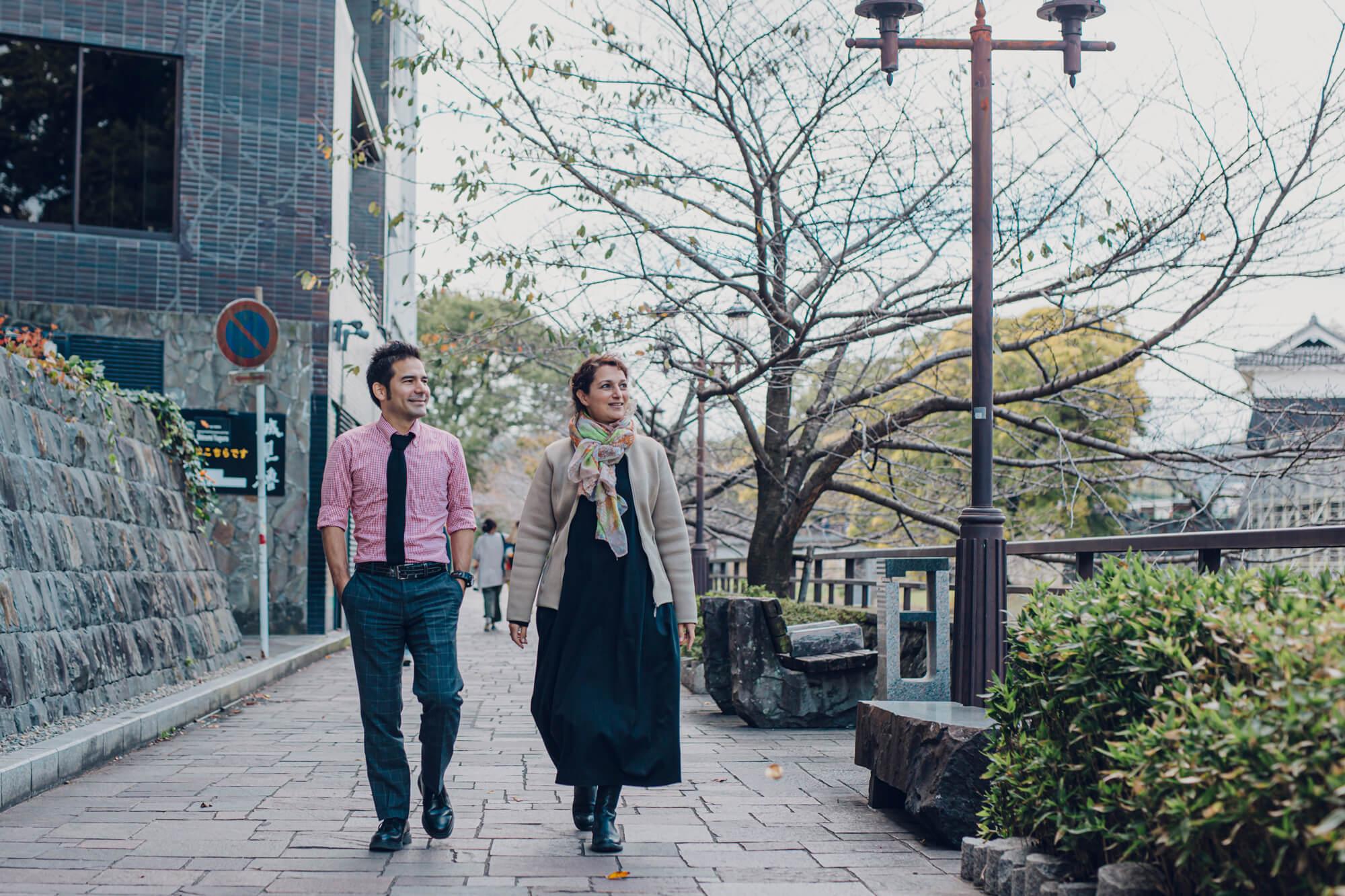 大好きな熊本の街を散策する男女