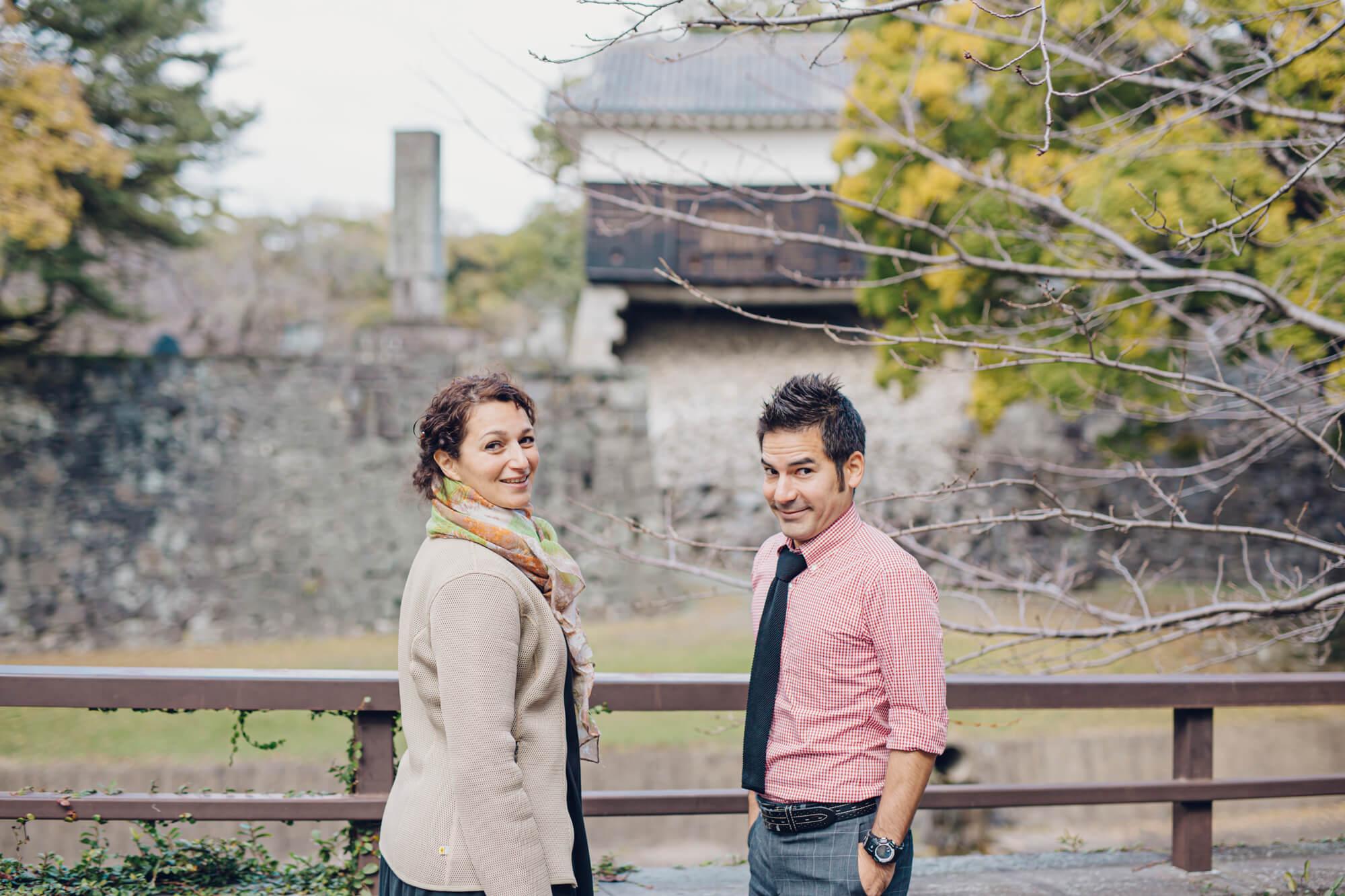 熊本城の前に立つ男女