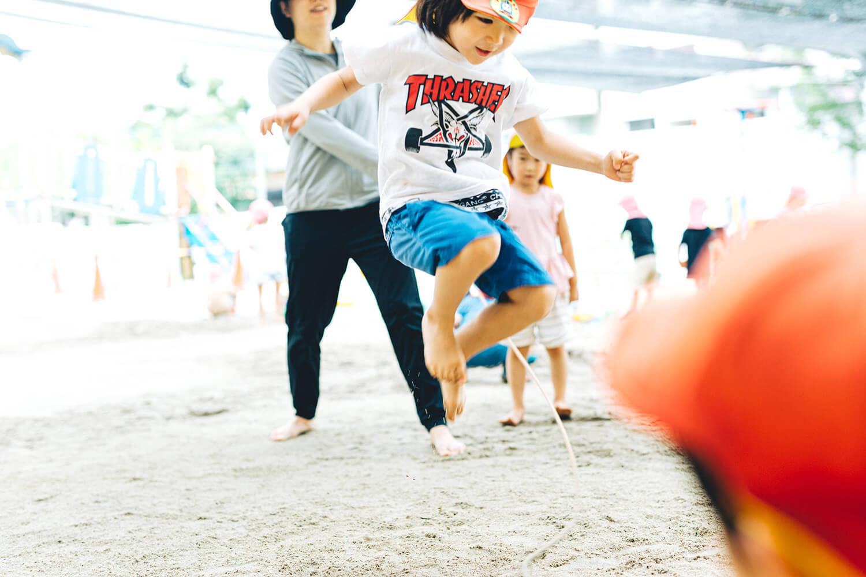 縄跳びする園児
