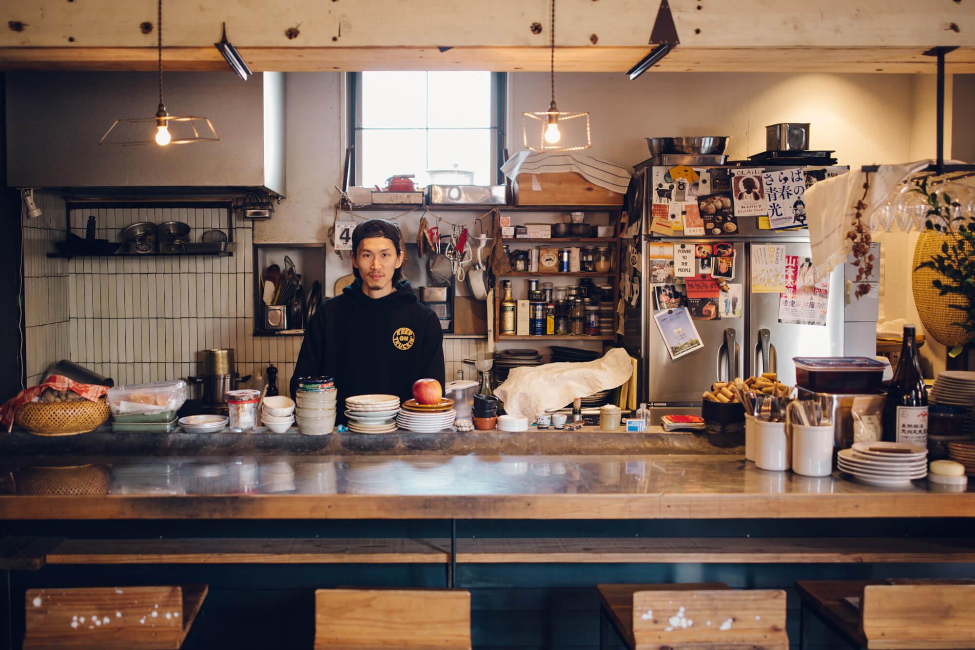 キッチンの中に立つ男性