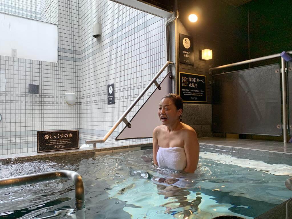 水風呂に浸かる女性