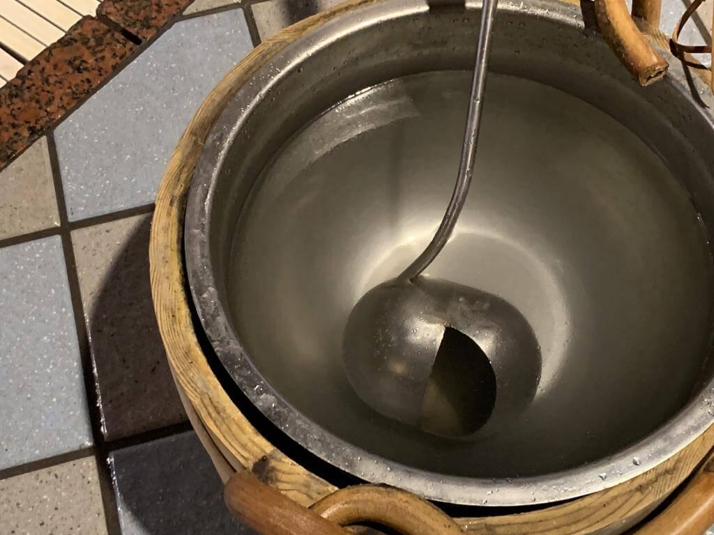 ロウリュウに使うアロマオイルが入った水