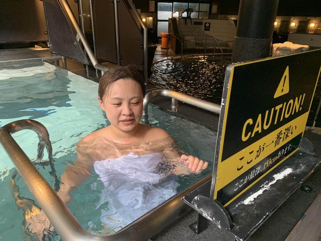日本一の深さの水風呂に浸かる女性