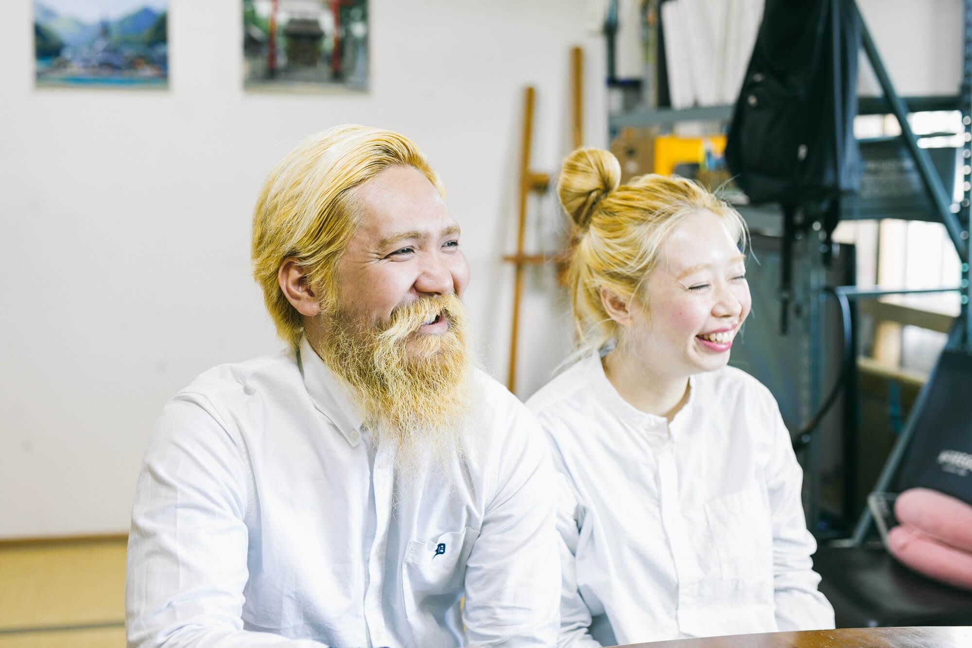 アトリエでお話する画家夫婦