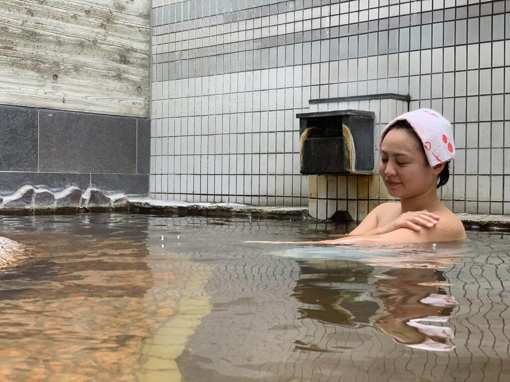 温泉を楽しむ女性