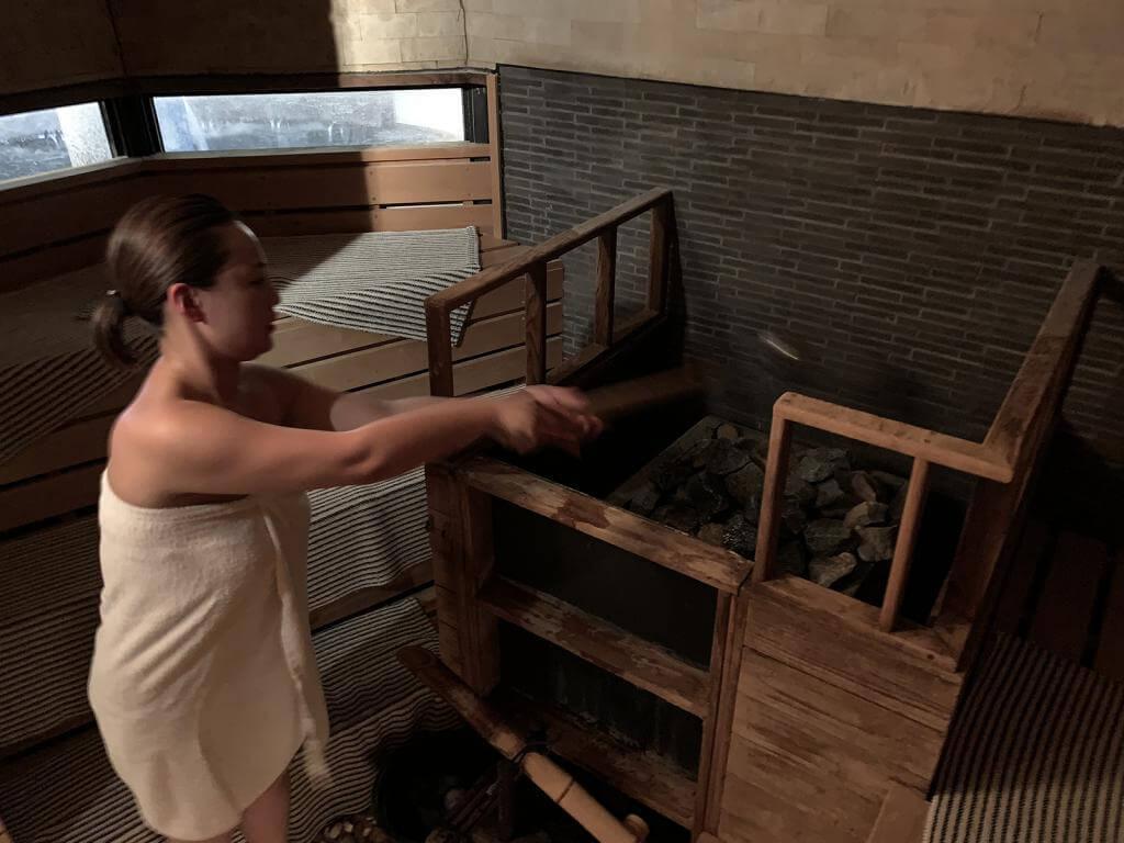 ロウリュウをする女性