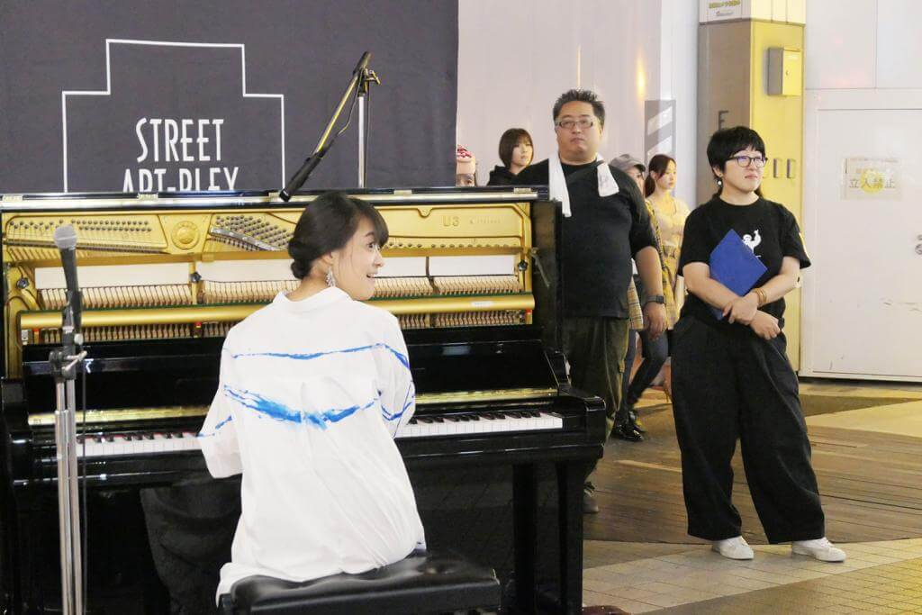 ピアノを弾く女性