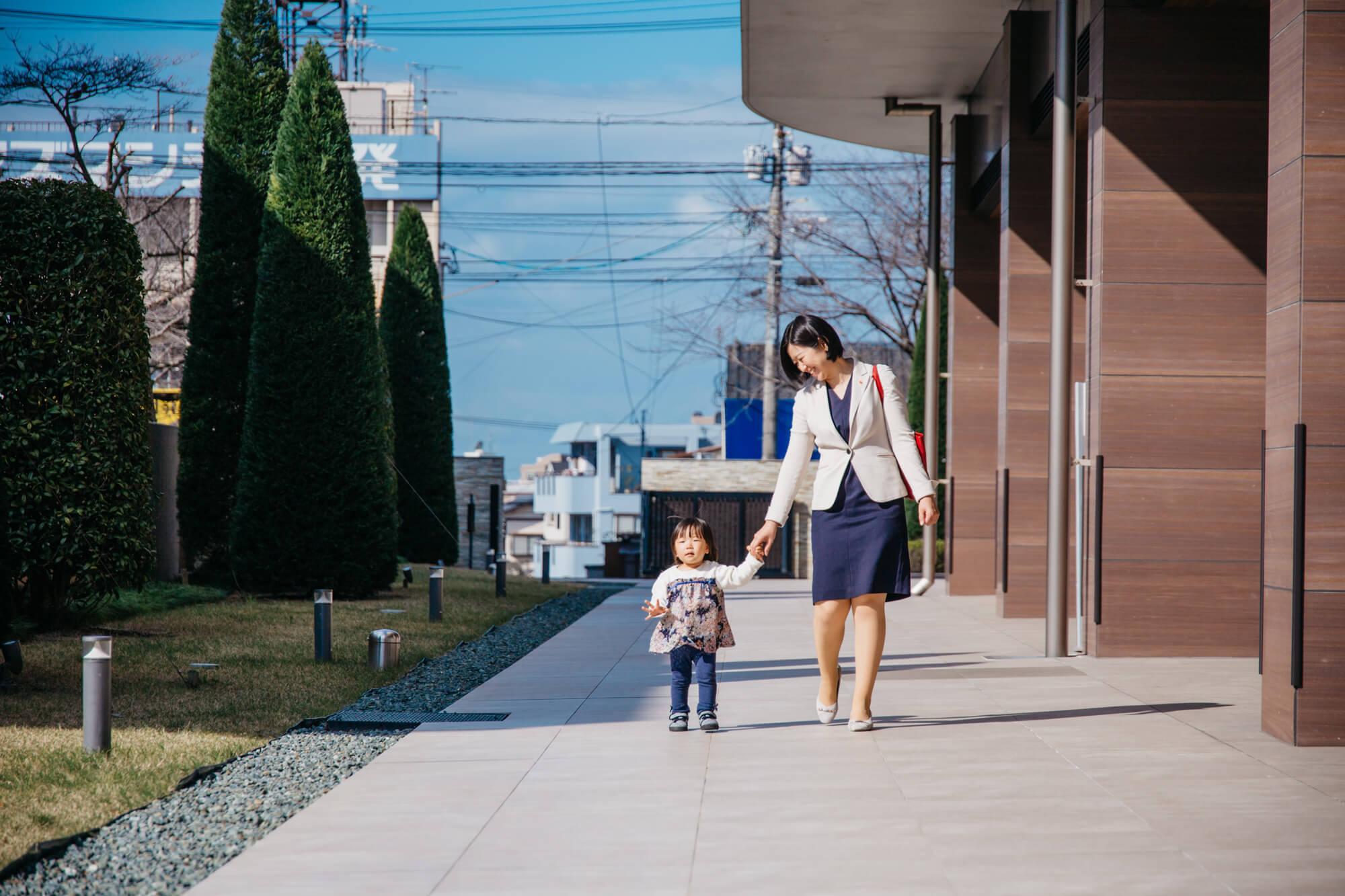 娘と一緒に出社する女性